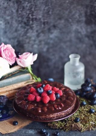 tort cu ciocolata si fructe de padure