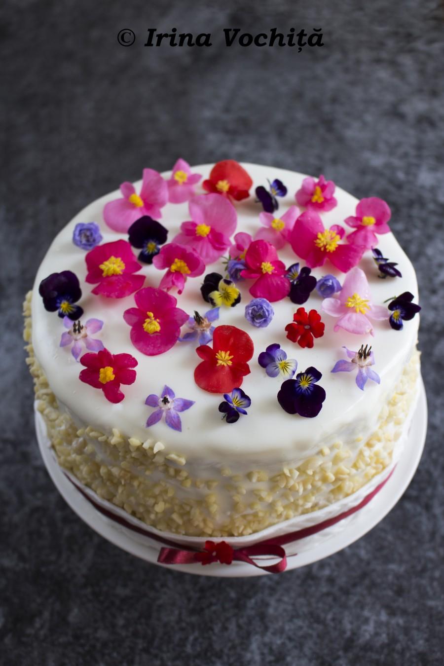 tort cu morcov, mascarpone si flori comestibile