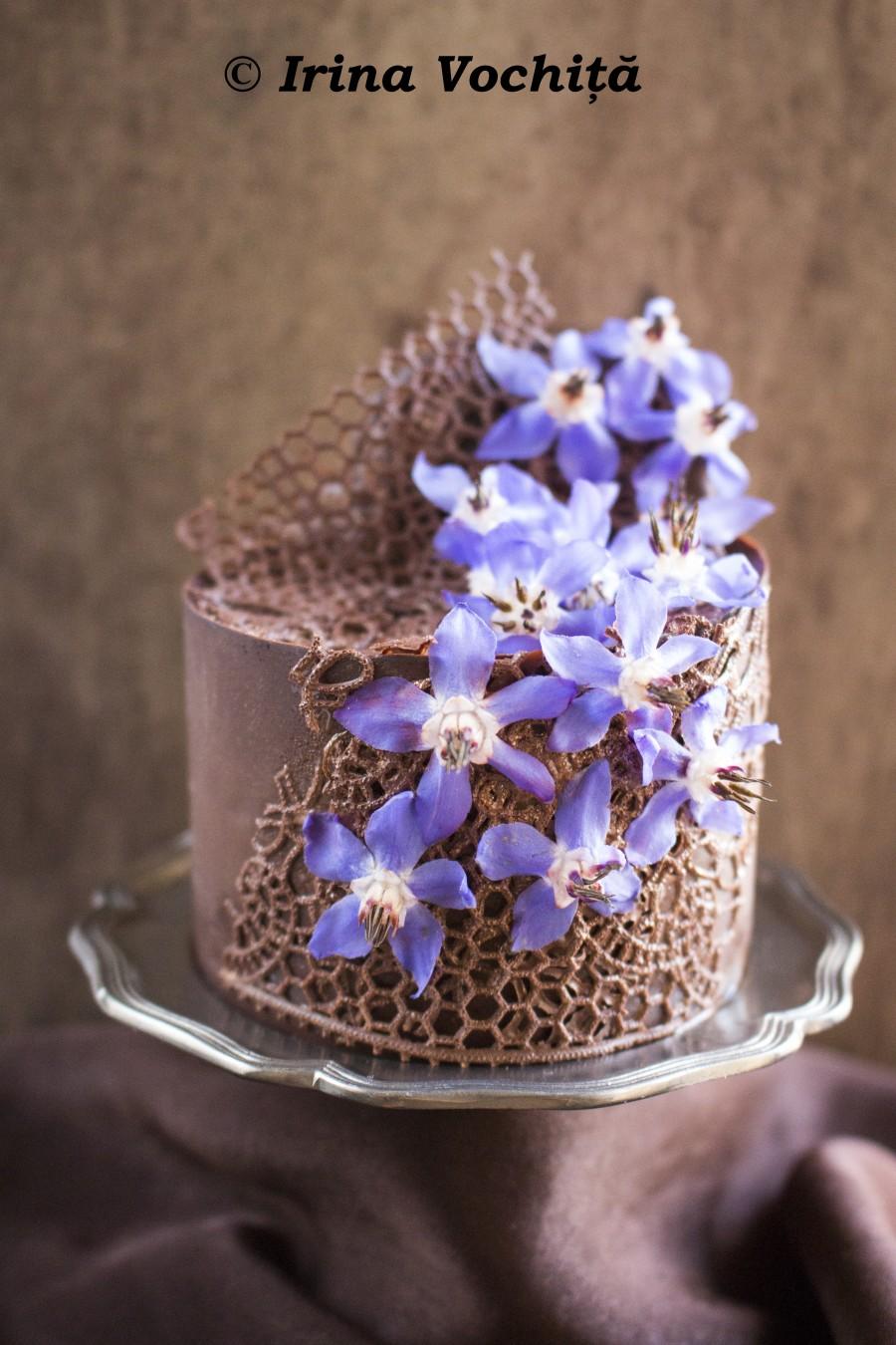 minitort de ciocolata cu flori comestibile