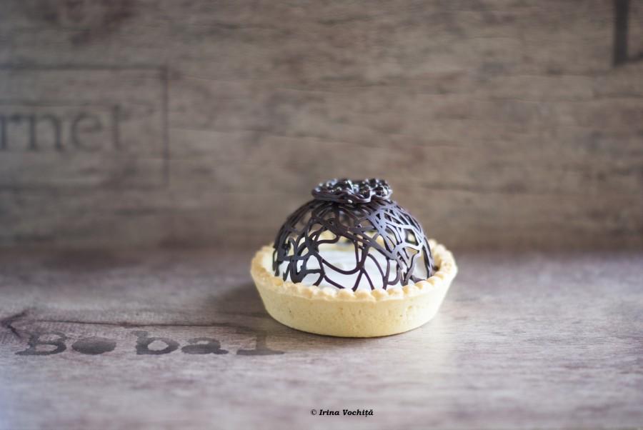 tarta cu crema mascarpone si decor de ciocolata