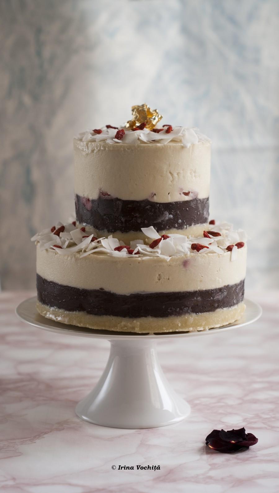 tort etajat cu cocos, capsuni si ciocolata
