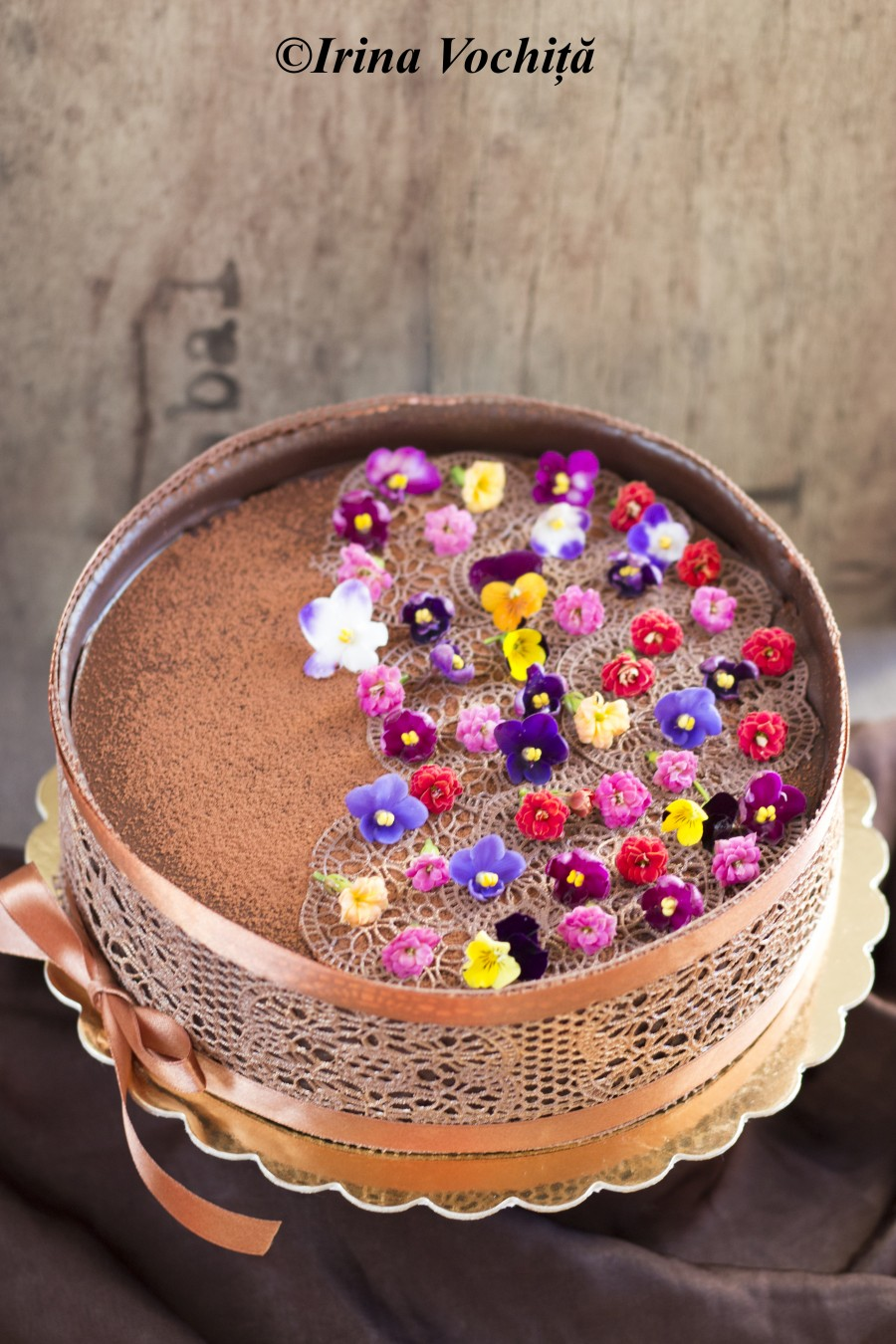 mousse de ciocolata cu zmeura si flori comestibile